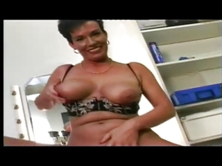 shorthaired german milf masturbating