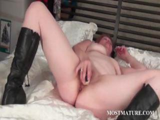 aged cunt masturbation with sex-toy
