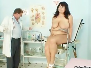 fat older mama widens her legs and gets part0